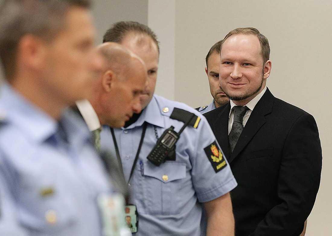 Det var en hånleende Anders Behring Breivik som tog emot sin dom i Oslo tingsrätt. Utöver morden döms han även för terrorbrott eftersom han orsakat stor skada och rädsla i Norge.