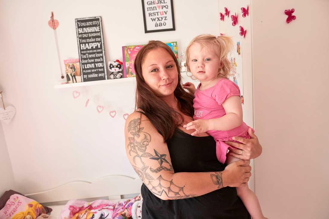 Annie Ekvalls hela tillvaron påverkas av förlossningsskadan med läckage och smärtor. Hon kan inte leka med Victoria, 2, om hon önskar, inte sitta på golvet, inte göra utflykter.