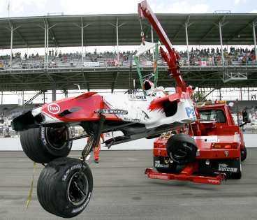 oklar orsak I fjol kraschade Ralf Schumacher i Indianapolis. I går var det dags igen. Orsaken till kraschen är oklar, men Schumacher klarade sig efter omständigheterna bra. Inget tyder på att han inte kör morgondagens lopp.