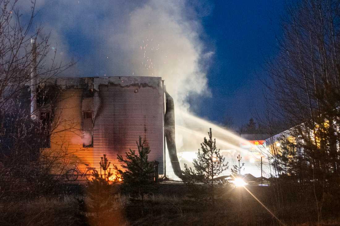 Det brann i ett företagshotell i Västerås under natten.