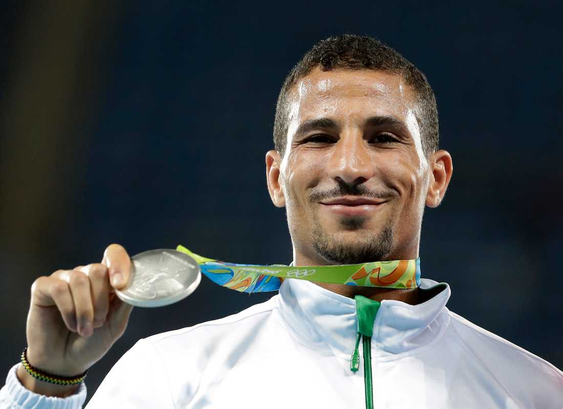 Taoufik Makhloufi med silvermedaljen på 800 meter från OS i Rio 2016.