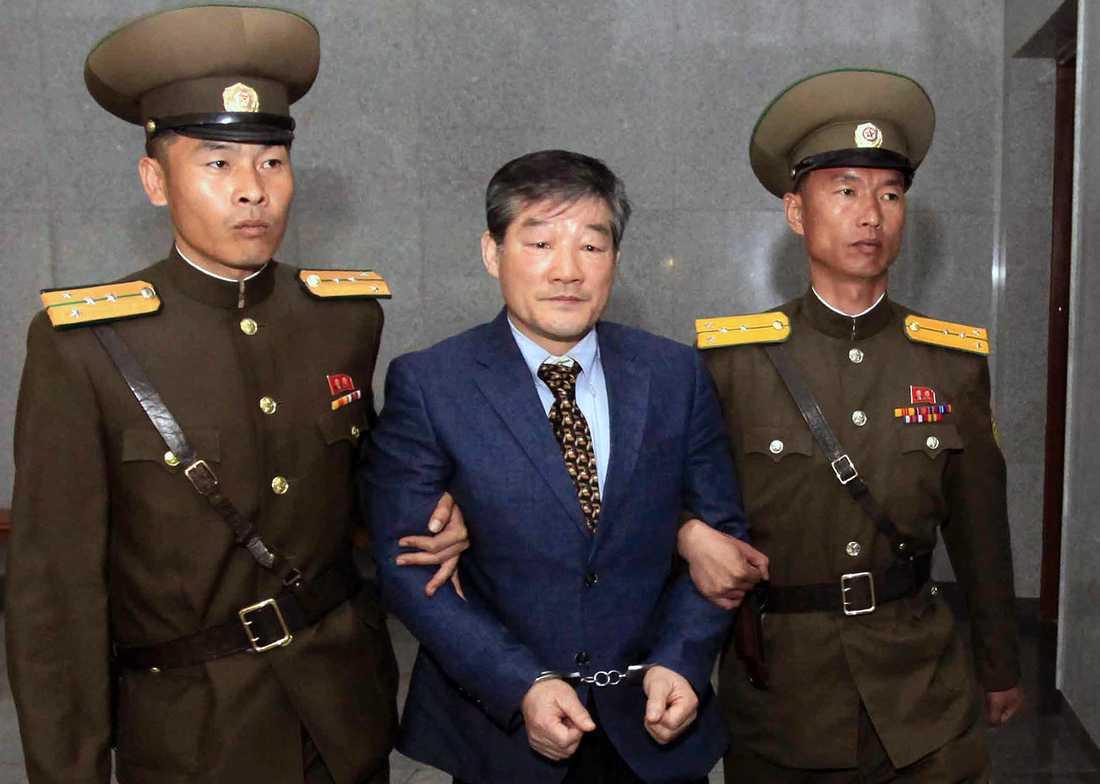 Kim Dong Chul förs till rätten i Pyongyang. Arkiv april 2016.