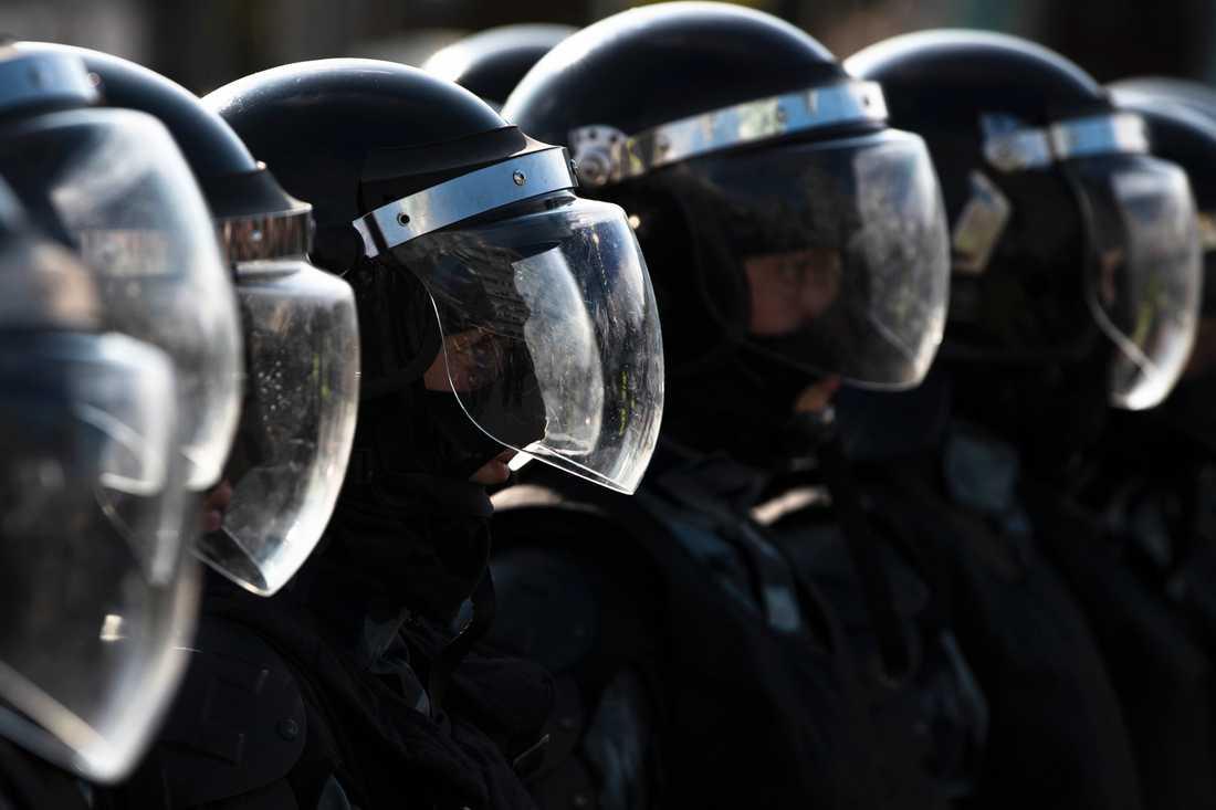 Polisen blockerar en gata i Moskva i samband med en av de icke tillståndsgivna demonstrationerna. Bilden är från den 3 augusti.