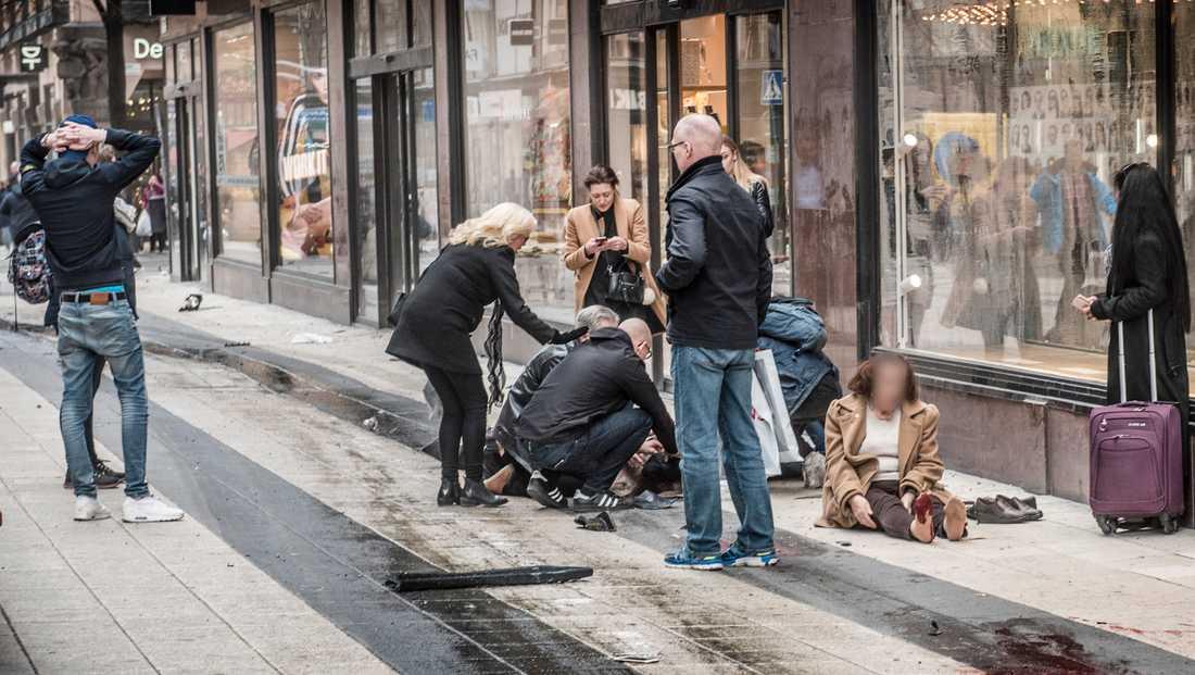 Under den 500 meter långa färden i hög hastighet längs Drottninggatan dödas fem människor och ett femtontal skadas allvarligt.