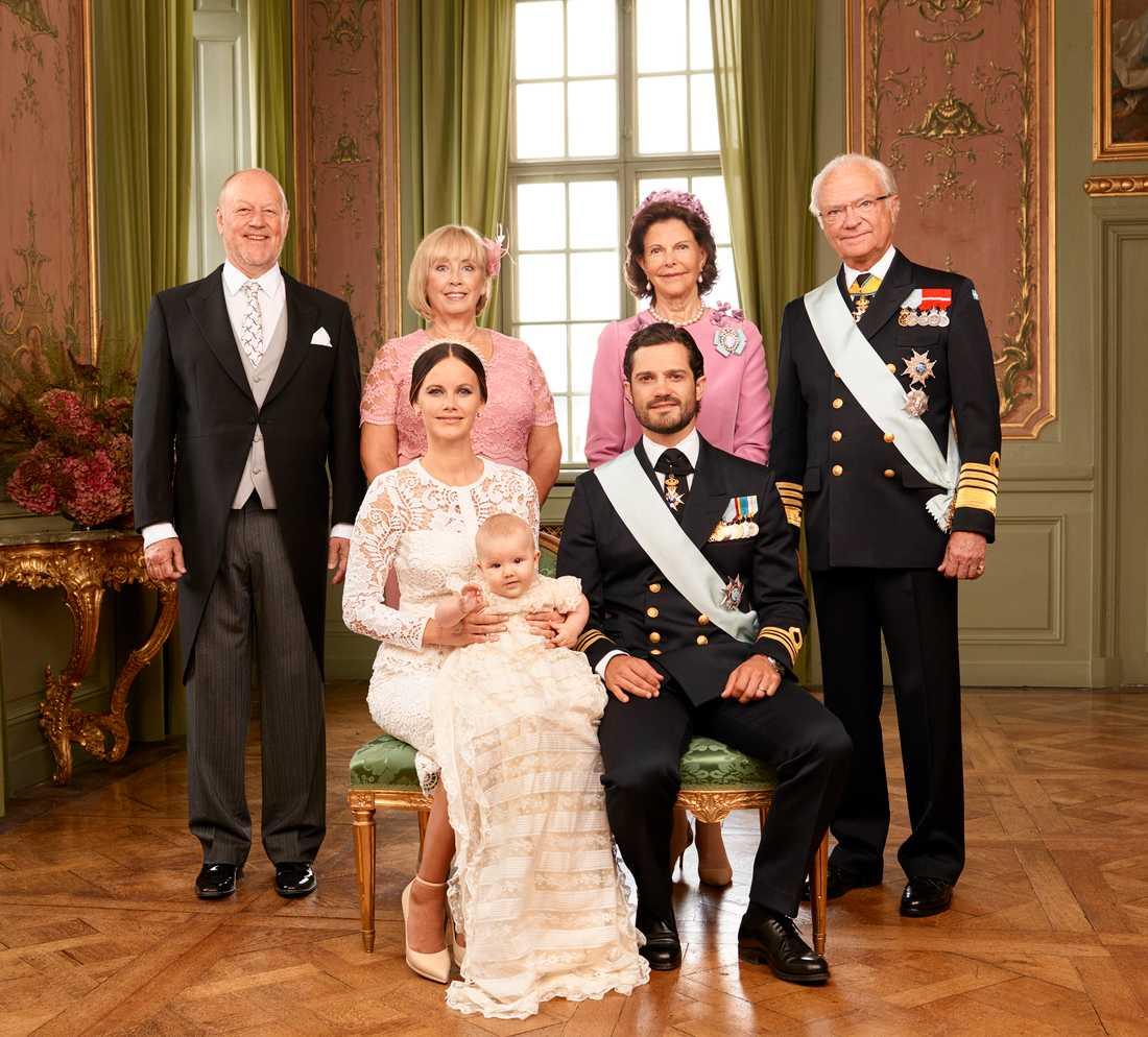 Prinsen med sina mor- och farföräldrar.