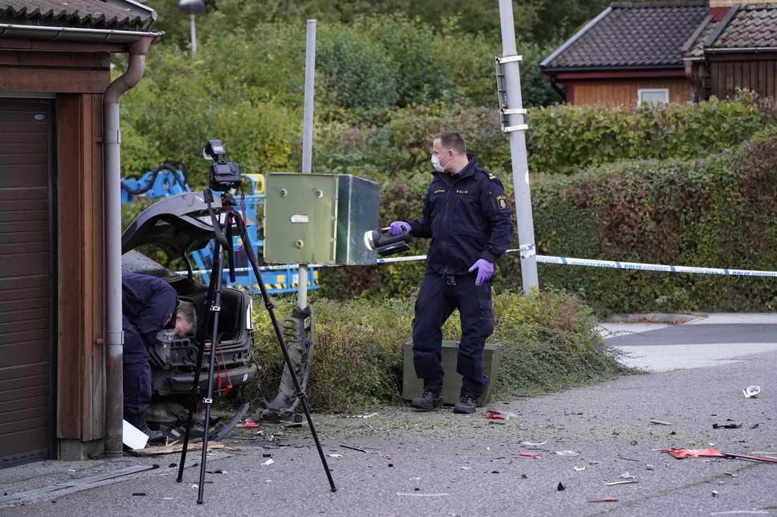 Polisens kriminaltekniker undersöker en bil på Gunnesbo i Lund efter en explosion tidigt på fredagsmorgonen.