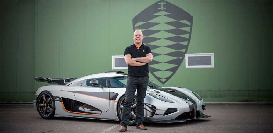Christian von Koenigsegg framför rekordbilen One:1.