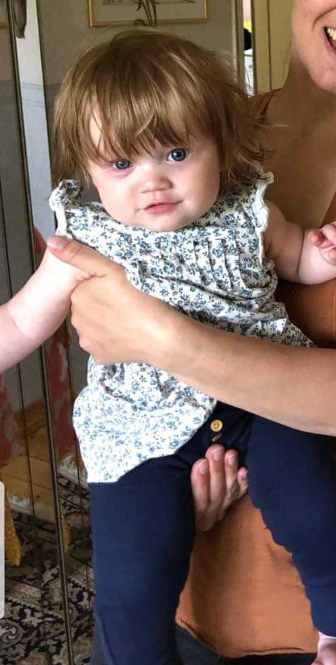 """""""Vår flicka Jolin föddes med mycket hår och nu vid snart åtta månader har vi klippt hennes lugg så många gånger att vi tappat räkningen""""' hälsar föräldrarna Mimmi Tankred och Daniel Gustavsson från Ulricehamn."""