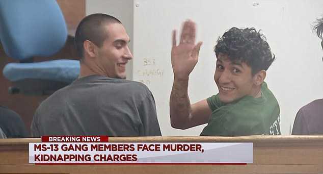De två misstänkta männen, 18 och 22 år gamla, skrattade och vinkade framför kamerorna i rättssalen, när de häktades i Houston i USA