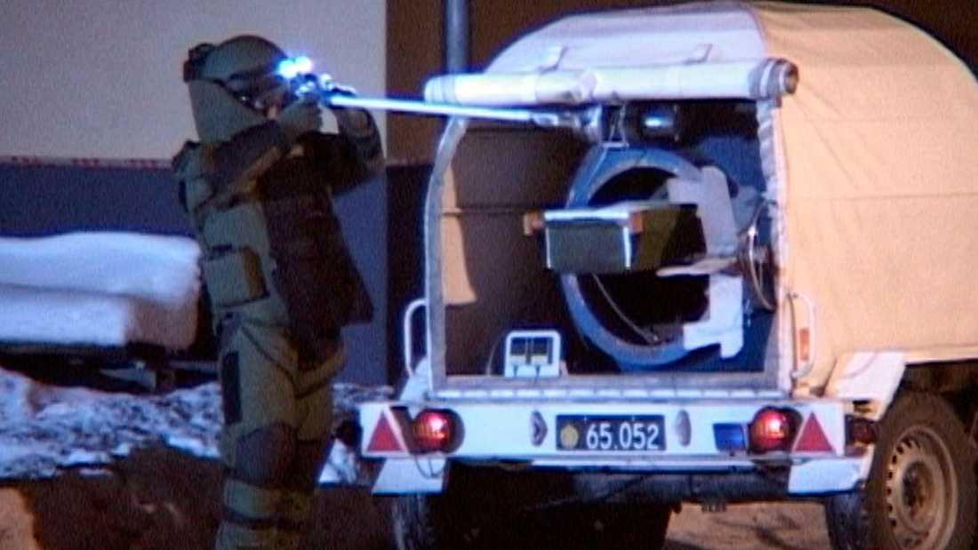 UNDERSÖKTES NOGA Polisens bombtekniker gjorde i går kväll en rad fynd i 26-åringens lägenhet. Här tas ett misstänkt föremål omhand.