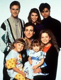 "1988 David Coulier, Lori Loughlin, John Stamos, Jodie Sweetin, Bob Saget, Mary Kate Olsen och Candace Cameron i ""Huset fullt""."