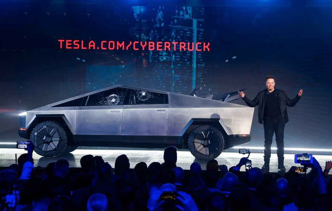 Vd Elon Musk framför Teslas under presentationen av den nya pickupen, efter missödet där rutor krossades.
