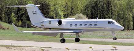 FICK VIP-BEHANDLING Regeringsplanet brukar användas av kungen och statsministern på officiella resor. ÖB och regeringsmedlemmar är två andra vanliga resenärer. Flygplanet, som tillhör flygvapnet, är av typen Gulfstream IV – ett mycket exklusivt affärsplan.