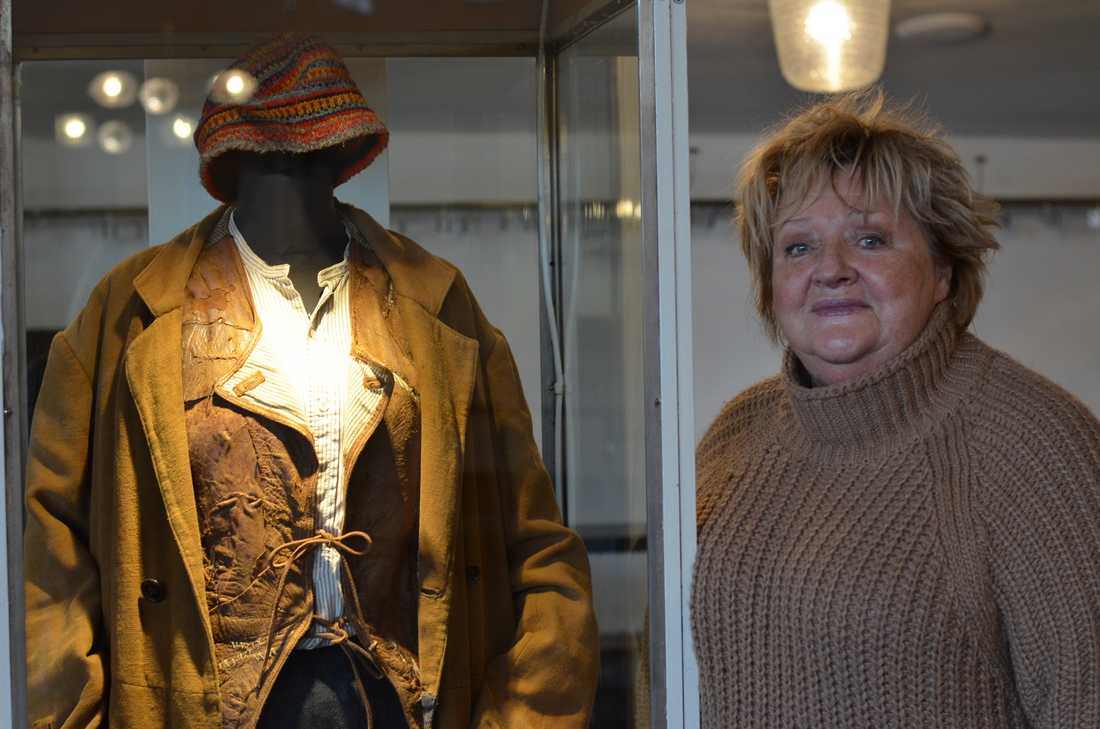 Marianne Mörck bredvid en av kostymerna hon bar som karaktären Fina-Kajsa. Hon berättar att hon tagit hem klädnaderna för att tvätta dem –men att hon då råkade förstöra västen...