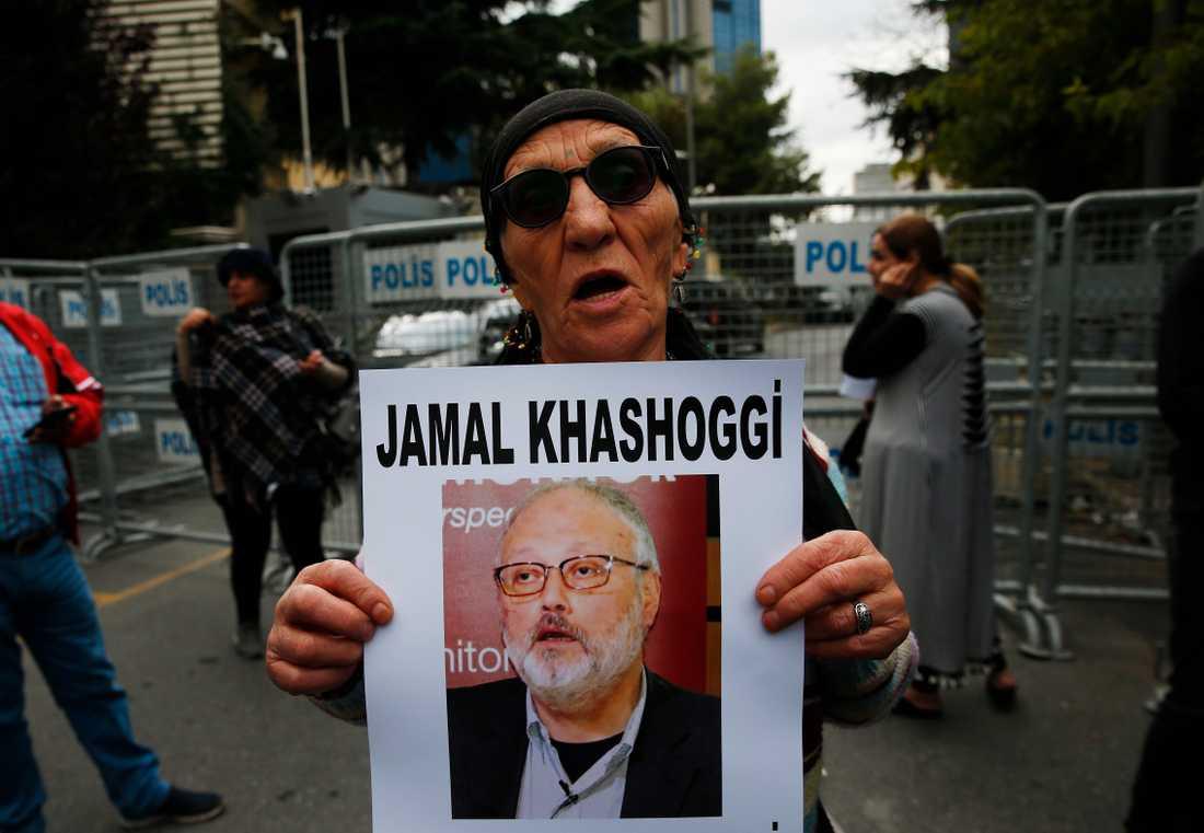 En människorättsaktivist håller upp ett foto av den försvunne saudiske journalisten Jamal Khashoggi vid en manifestation i Istanbul.