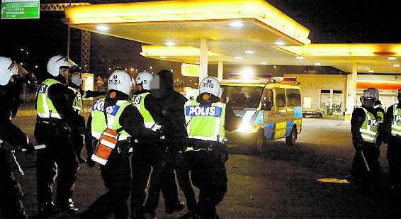 En person greps misstänkt för våldsamt upplopp.