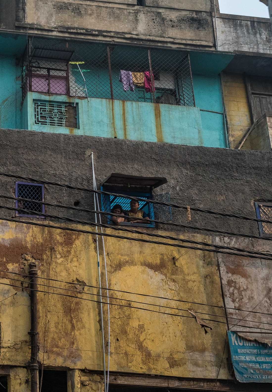 I fönstren står flickor under 10 år och vinkar in män från gatan.