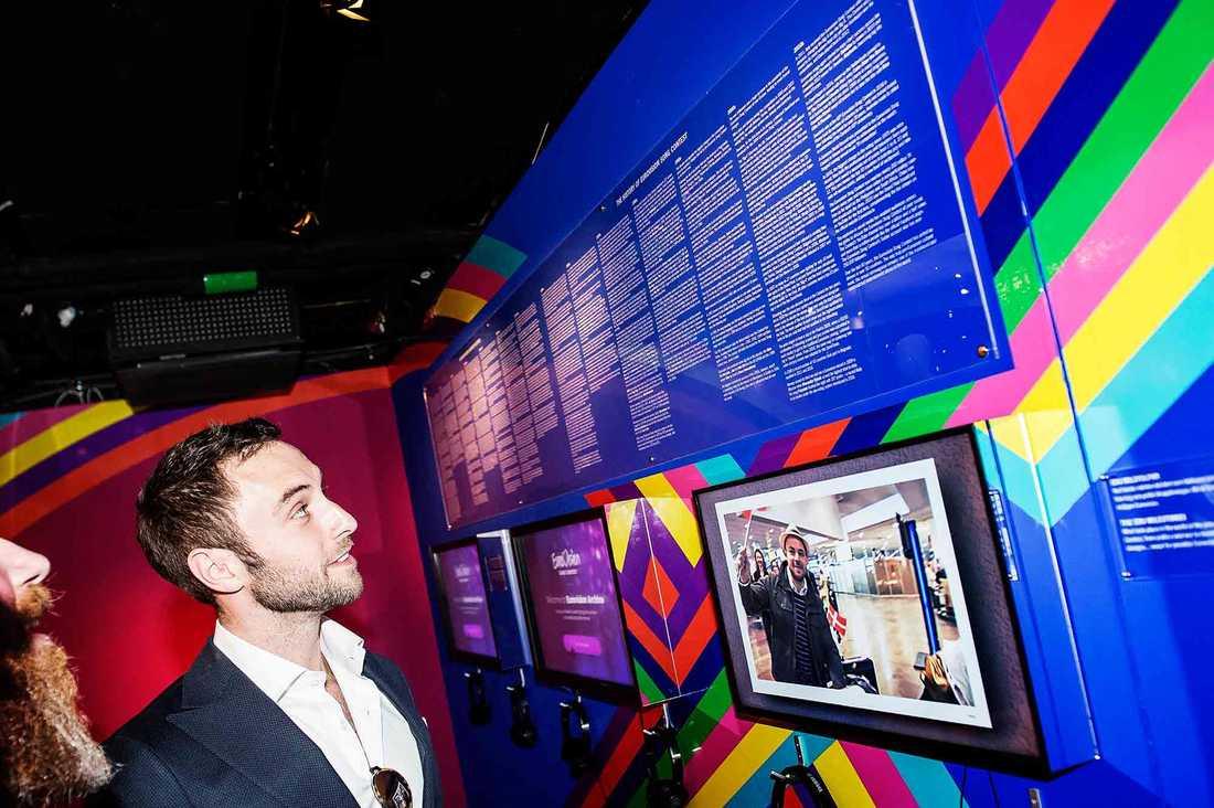 Måns Zelmerlöw kollar Eurovisionutställningen –och hittar raskt ett faktafel.