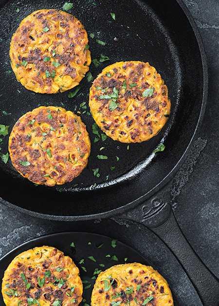 Servera majsfritters till en sallad, till grillade grönsaker, ät dem som en hamburgare, till potatismos eller valfria gryner. Mångsidighet är bara förnamnet på dessa fritters!
