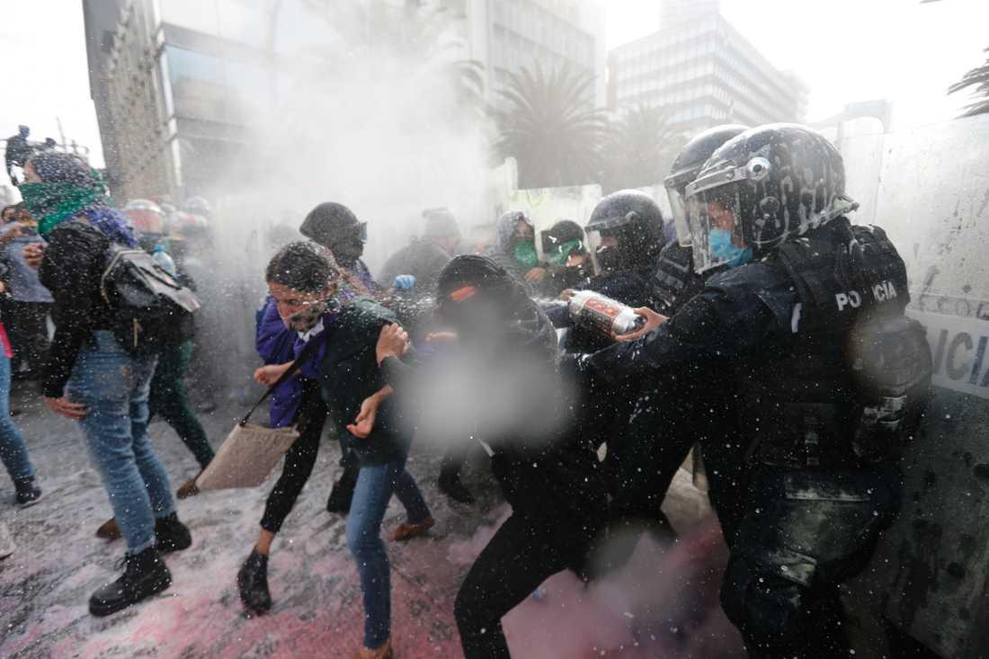 Demonstranter och polis drabbade samman i Mexico City på måndagen. Demonstranterna kräver att aborter avkriminaliseras i hela landet.