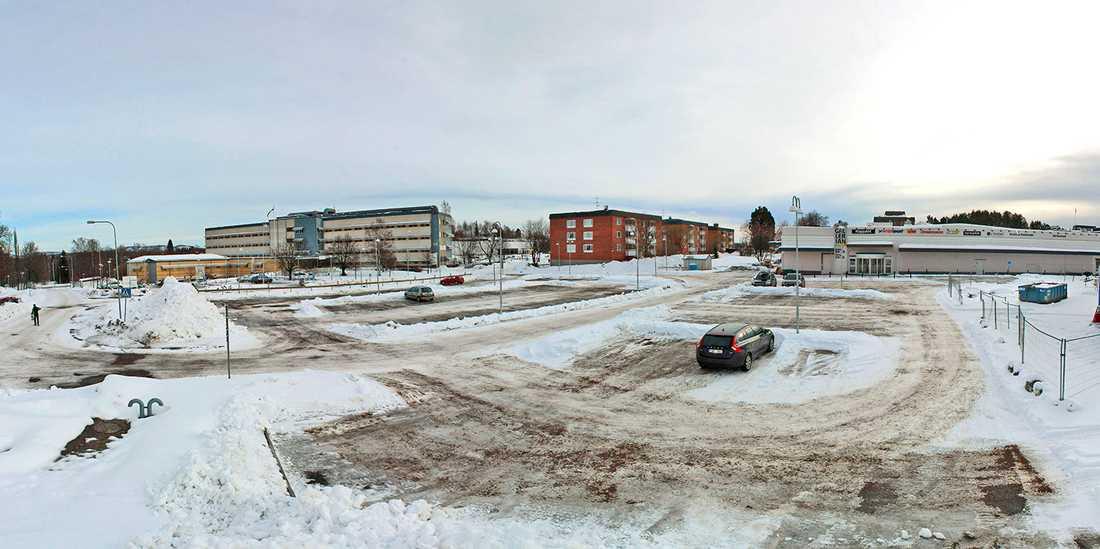 Det var på den här parkeringen i Kramfors den lille pojken hittades.