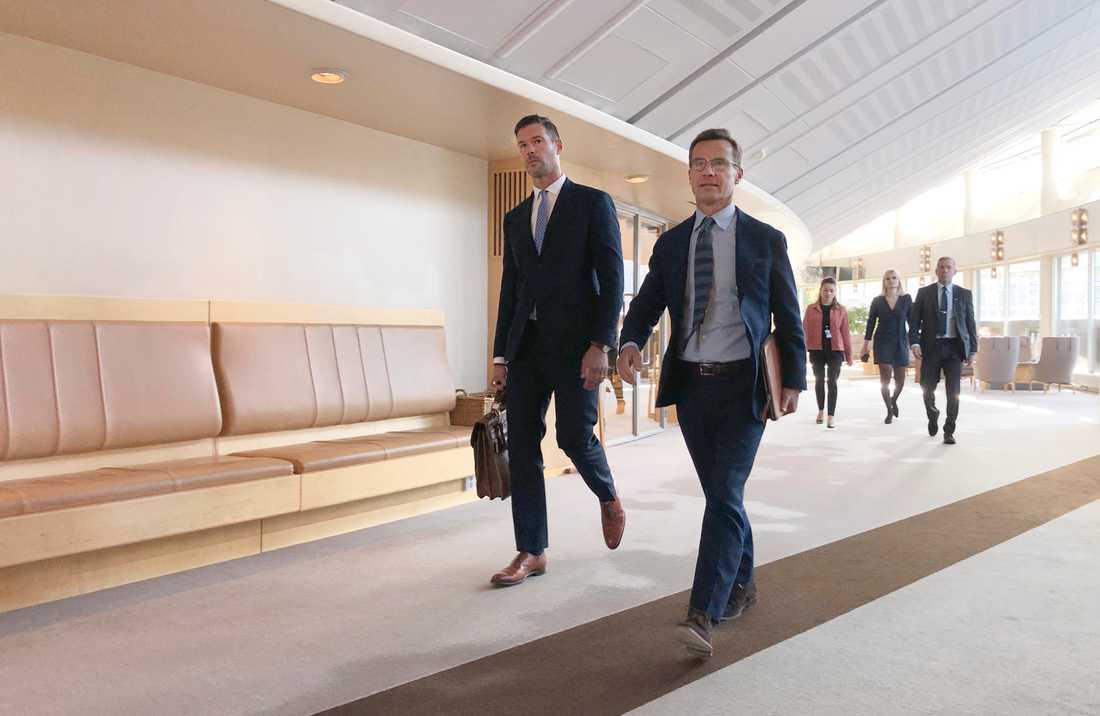 Moderaternas rättspolitiske talespersonen Johan Forssell och partiledare Ulf Kristersson på väg in till pressträffen.