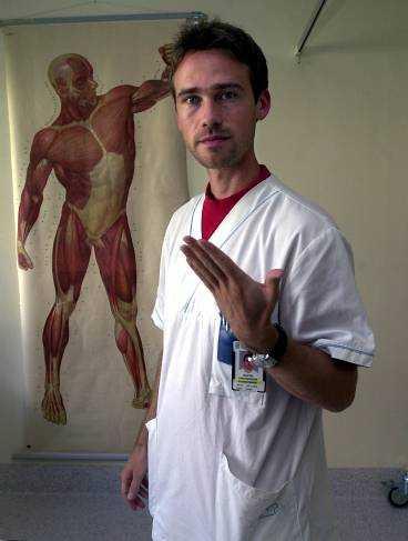 1. Håll armbågen mot kroppen. Böj och sträck armbågen. Vänd handflatan uppåt när du böjer armen och nedåt när du sträcker på den.