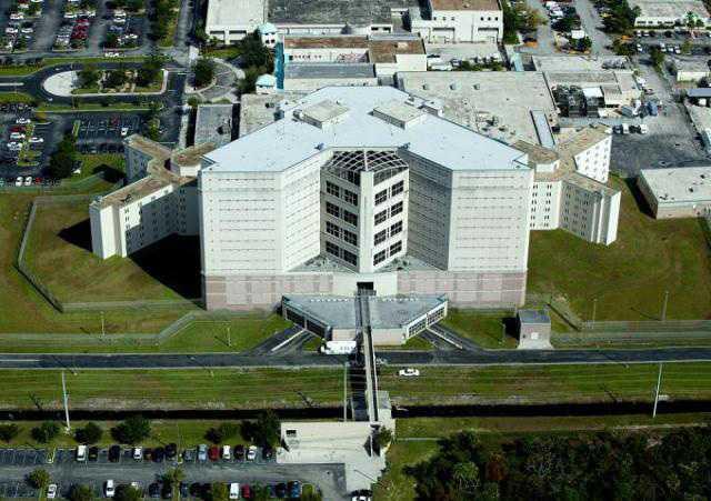 Gunilla Persson fick tillbringa fem timmar i Palm Beach County jail..