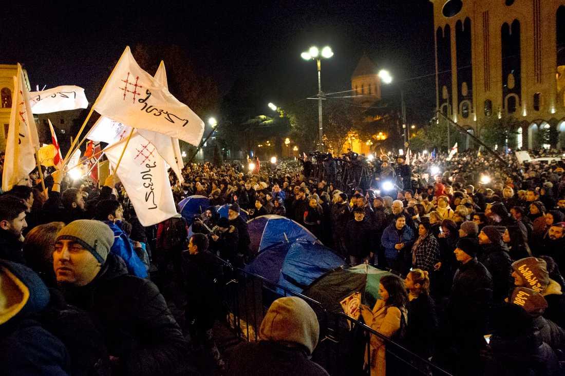 Demonstranter vid parlamentet under måndagskvällen.