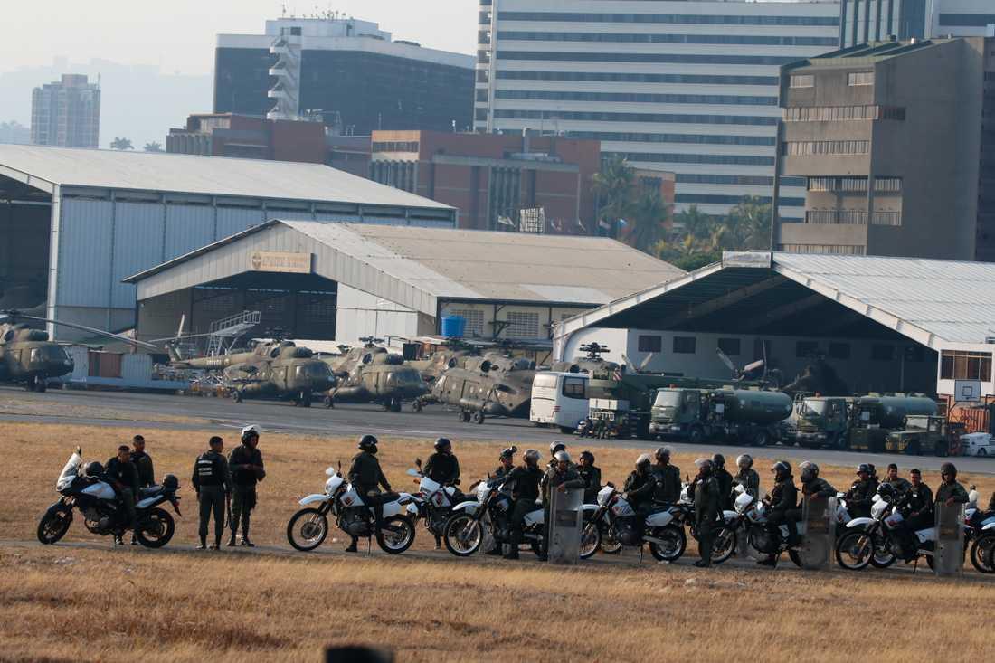 Militärer som är lojala med sittande presidenten Maduro utanför flygbasen La Carlota.