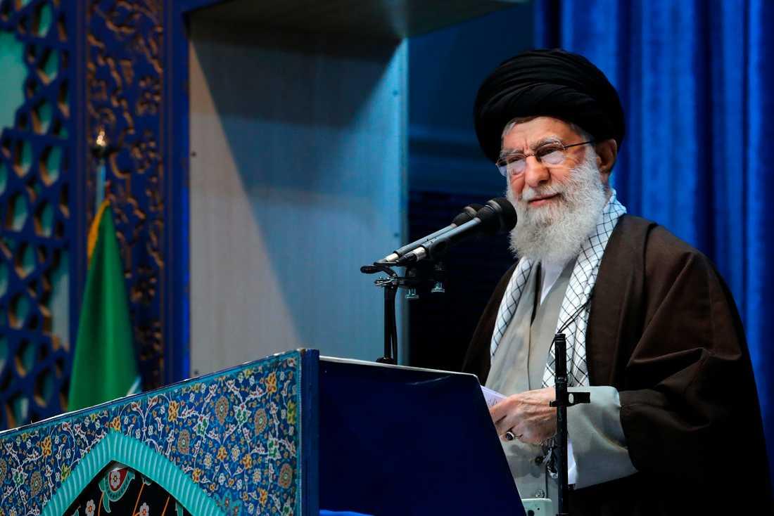 Irans högste ledare, ayatolla Ali Khamenei, leder fredagsbönen för första gången på åtta år i Imam Khomeini-moskén i Teheran.