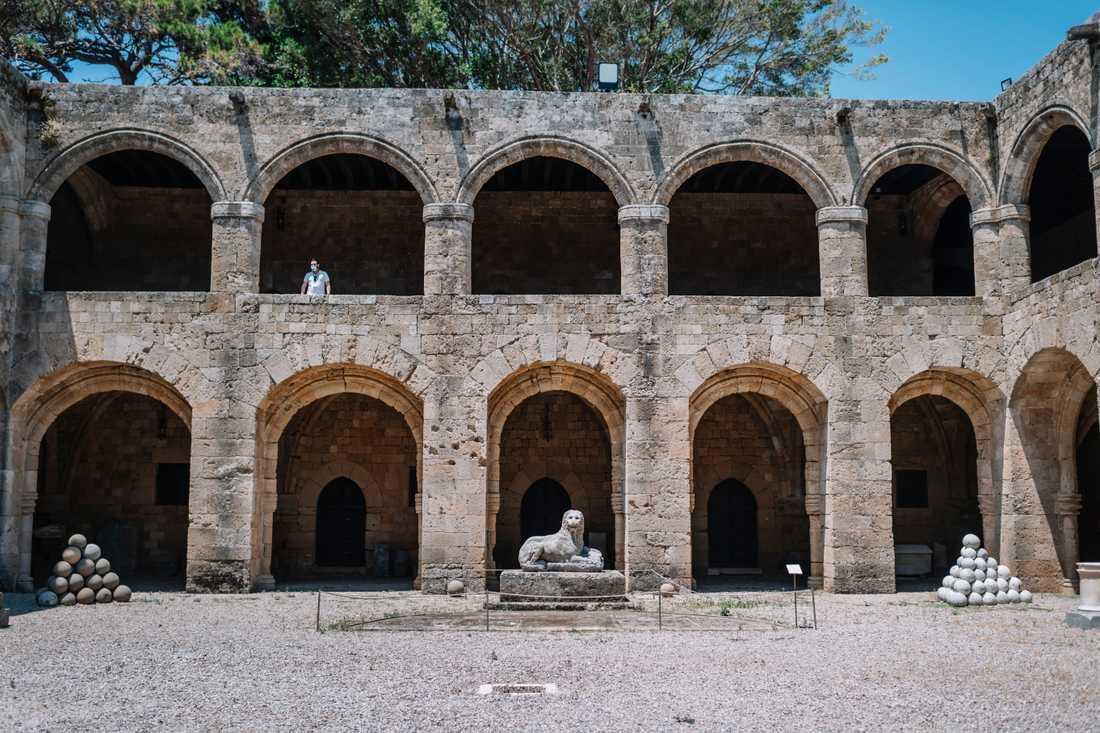 Arkeologiska museet i Rhodos stad har haft öppet sedan mitten av juni. Men de två första veckorna kom främst grekiska besökare. De senaste dagarna har de utländska turisterna börjat komma, men bara 10-15 om dagen.