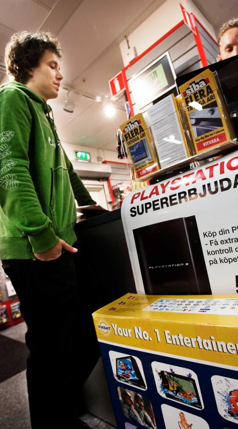 Daniel Lyckander hör sig för om olika alternativ för digital-tv hos Fredrik Johansson, ställföreträdande butikschef på Siba i Nordstan.