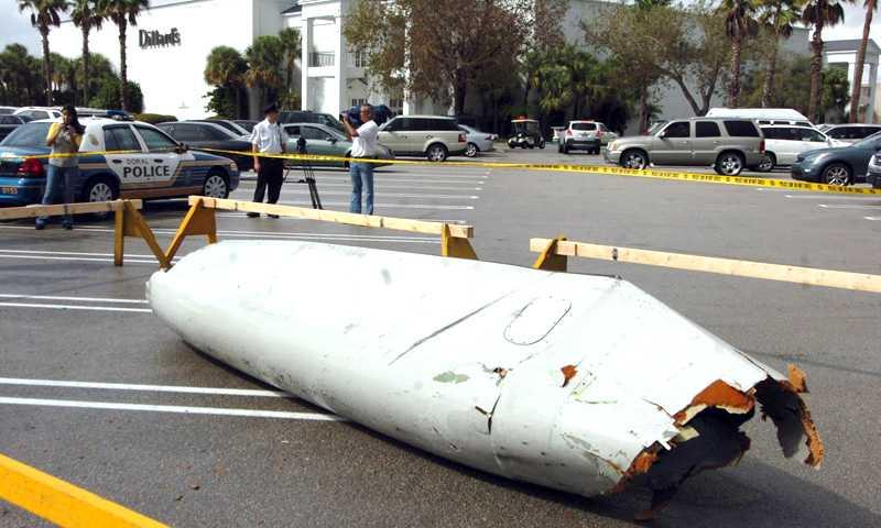 Tur i oturen Flygplansdelen slog ner mitt på en parkeringsplats – men ingen människa skadades.