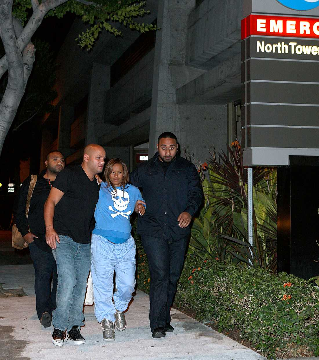 Här förs Mel B till sjukhuset av sin man.