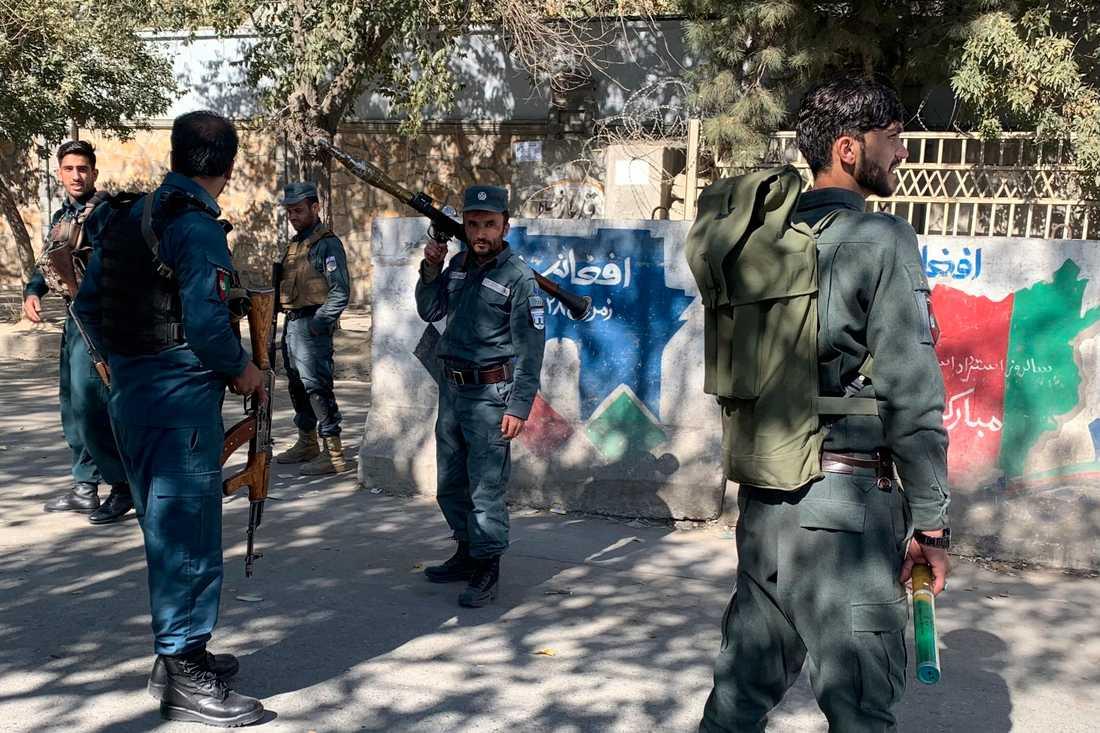 Polisen på plats utanför universitetet i Kabul.