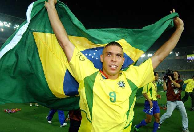 Ronaldo i det brasilianska glädjekaoset efter VM-guldet 2002.