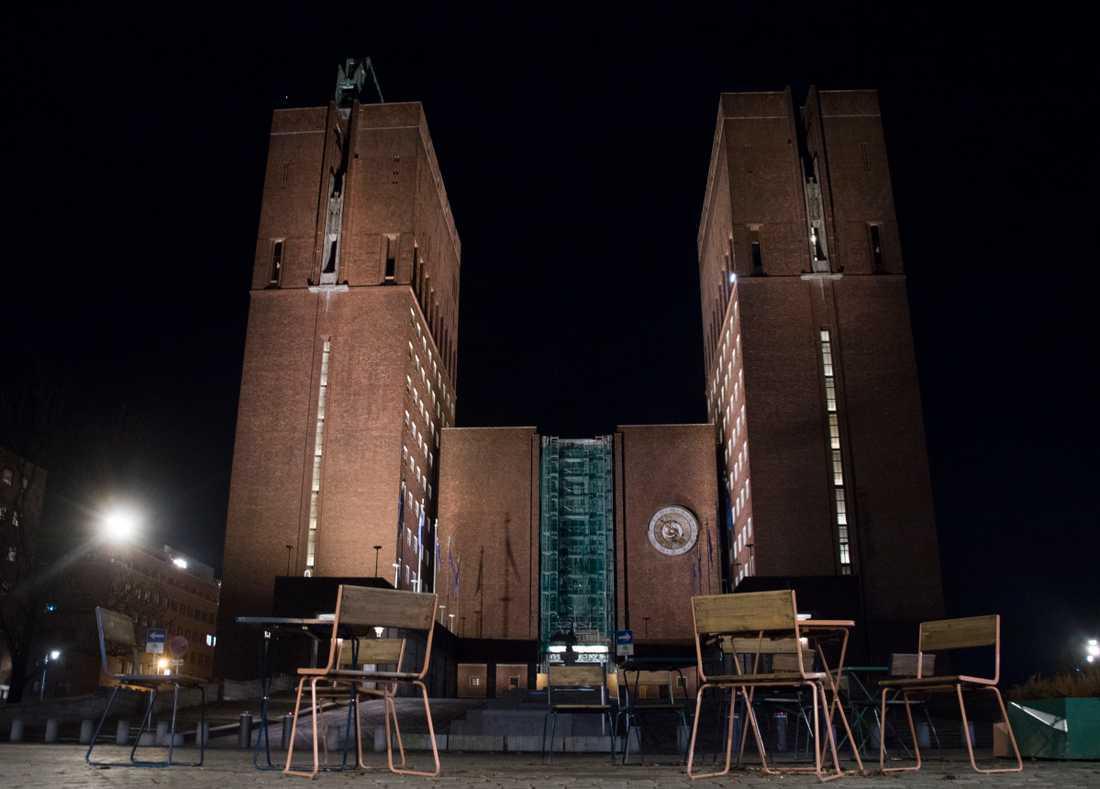 Oslo stänger restauranger och butiker. På bilden tomma uteserveringar under en tidigare nedstängning i den norska huvudstaden. Arkivbild.