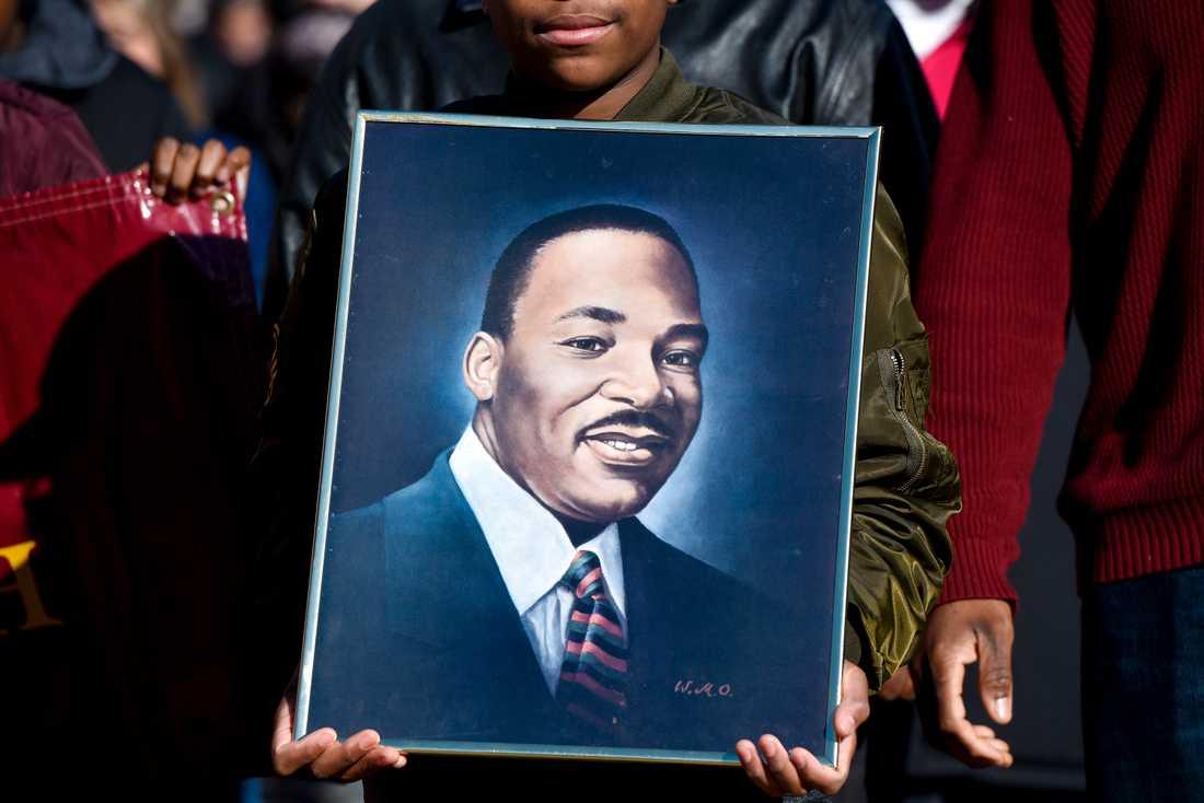 Ett porträtt av människorättskämpen Martin Luther King, som mördades för drygt 50 år sedan i USA, hålls upp vid en manifestation i Texas.
