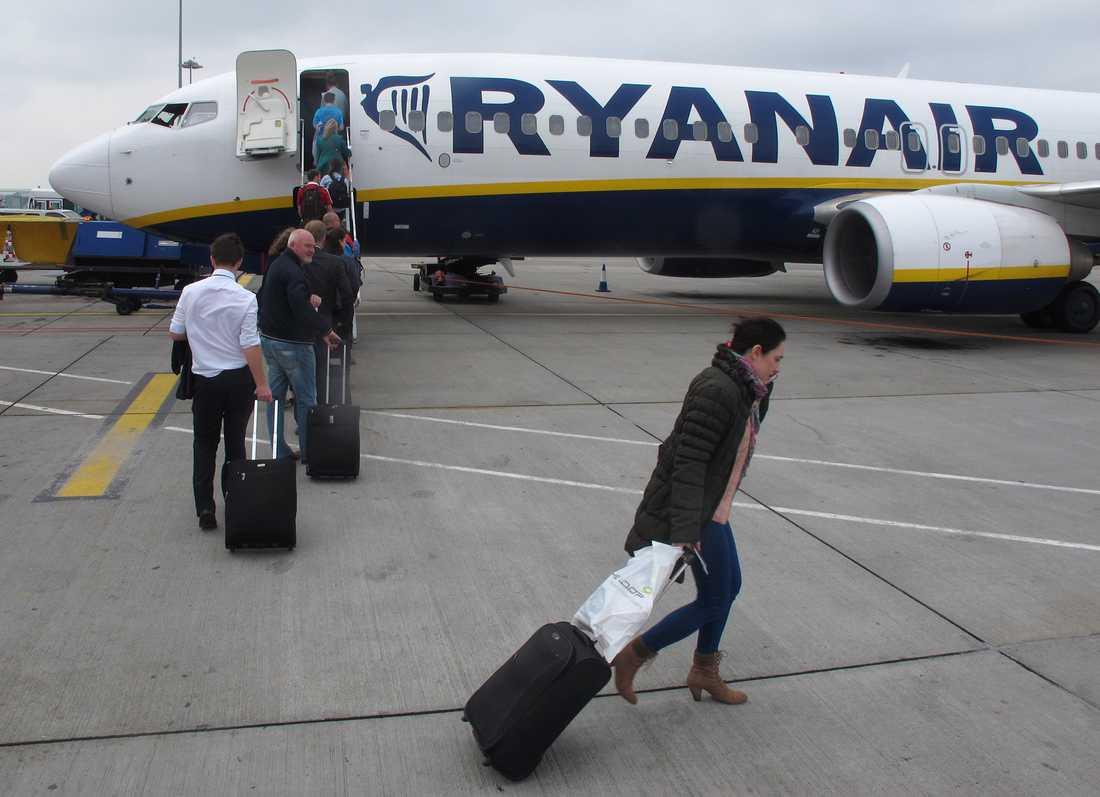 Ryanair tvingar passagerare att lämna in handbagaget. Personerna på bilden har inget med artikeln att göra.