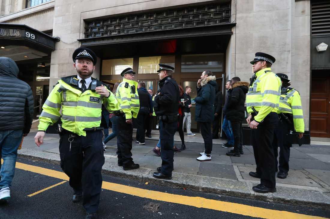 Brittisk polis utanför Sony Musics huvudkontor i London.