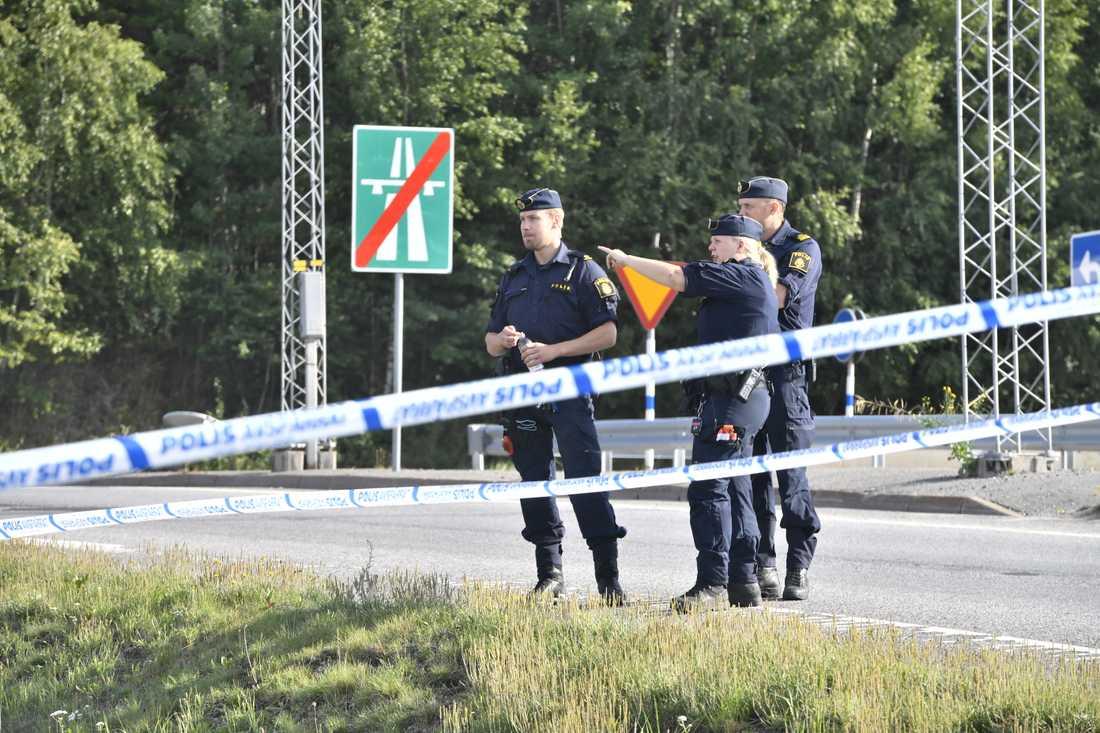 En flicka sköts ihjäl i Norsborg i Botkyrka, söder om Stockholm.