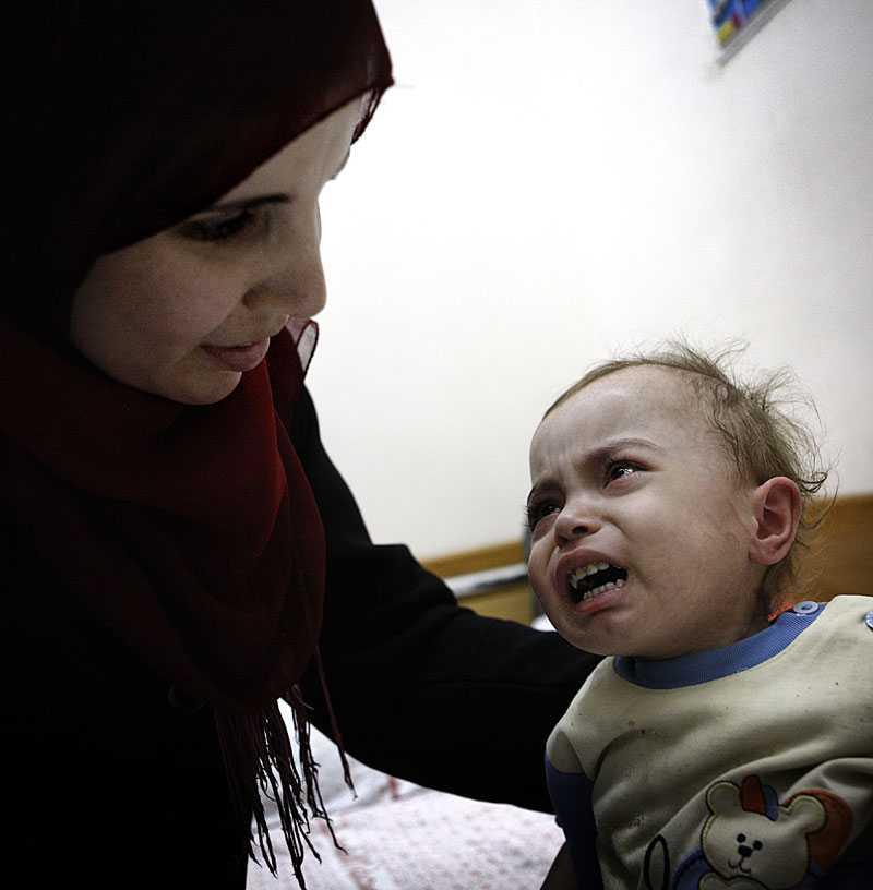 Rahaf, 2, har inget immunförsvar. Och eftersom sjukhuset saknar medicin är hon döende.