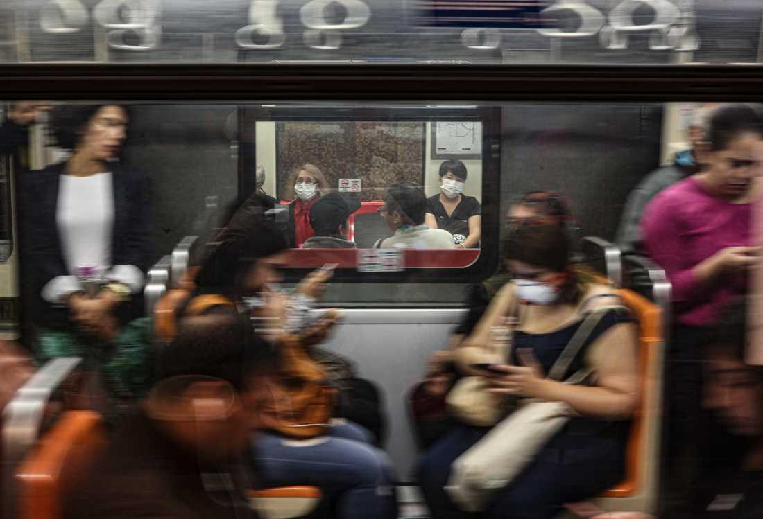 Pendlare i lokaltrafiken i Chiles huvudstad Santiago bär ansiktsmasker.