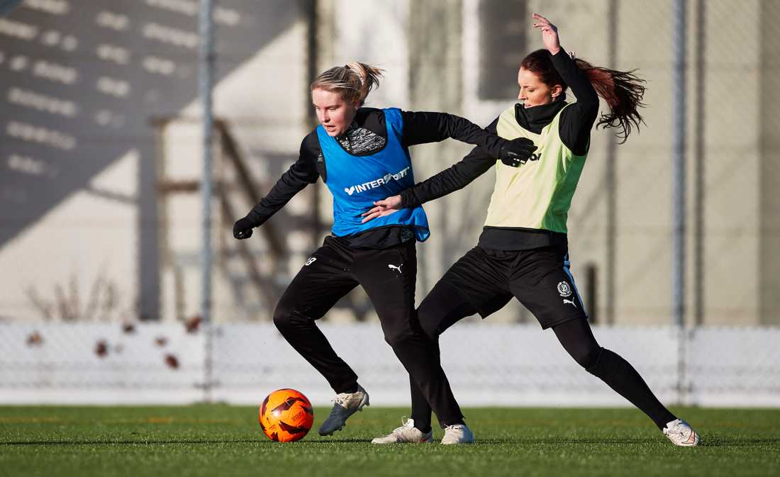 Rebecka Holm och Malin Gunnarsson testar att träna med MFF som har öppen träning för spelare som vill ta en plats i MFF:s damlag som ska börja spela i division fyra nästa säsong.