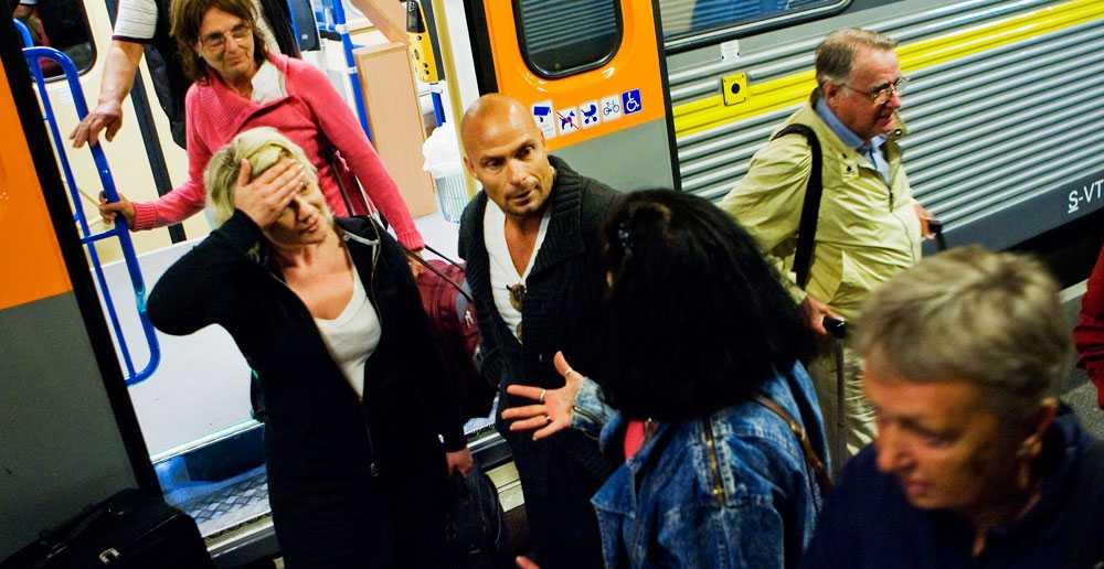 """""""Som ett skämt"""" Anna Eklund (i vit tröja) var en av de 200 passagerare som satt fast i det stekheta tåget. Om att SJ ger en värdecheck på 200 kronor som kompensation säger hon: """"Det var som ett skämt. Ett slag i ansiktet."""""""
