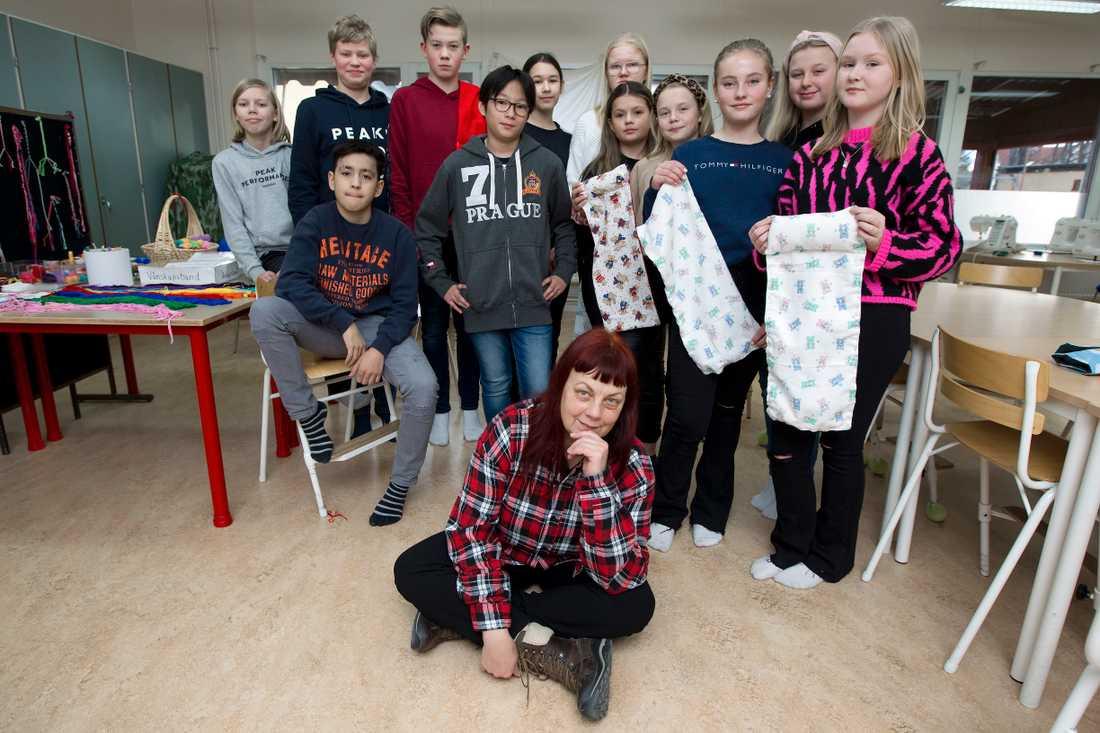 Fridhemsskolans elever på mellanstadiet syr sjuksängar till fladdermöss som varit utsatta för bränderna i Australien.