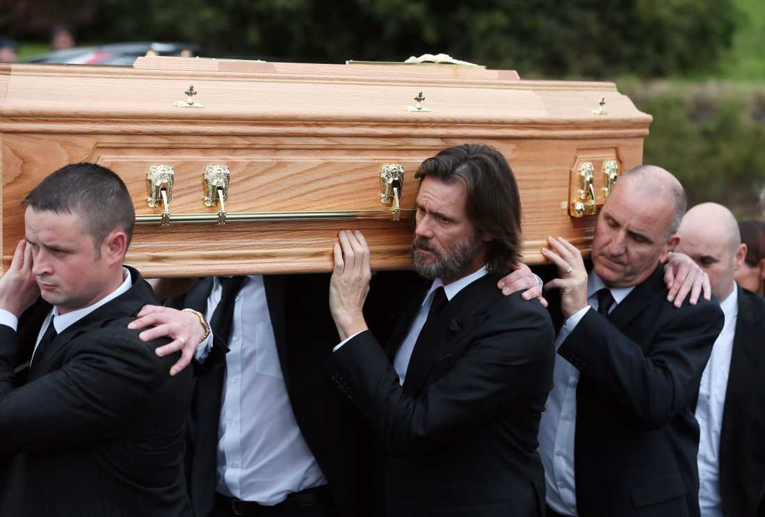 Jim Carrey bär döda flickvännens kista.