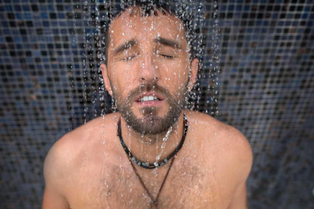 En hyresgäst vräks efter att ha somnat i sin dusch och orsakat vattenskador för 400 000 kronor.