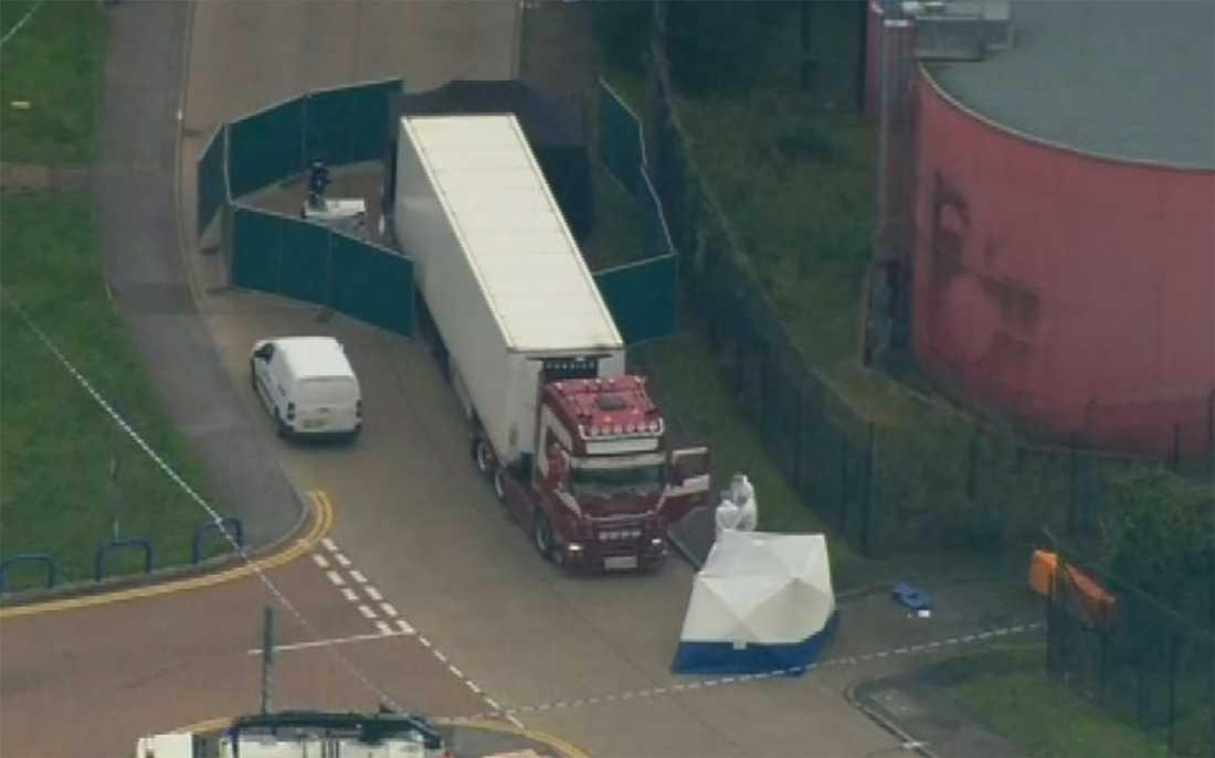 Brittisk polis undersöker lastbilscontainern där 39 personer hittats avlidna.